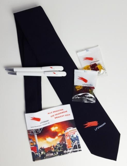 Verschiedene Werbeartikel vom dem Logo des Landesfeuerwehrverbandes Hessen bedruckt